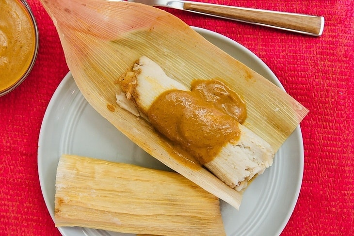 how-to-serve-tamales-sauce